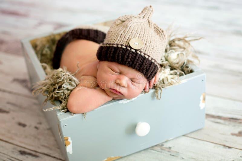 Pasgeboren babyjongen, die gelukkig slapen stock afbeeldingen