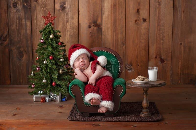 Pasgeboren Babyjongen die Santa Suit dragen stock foto