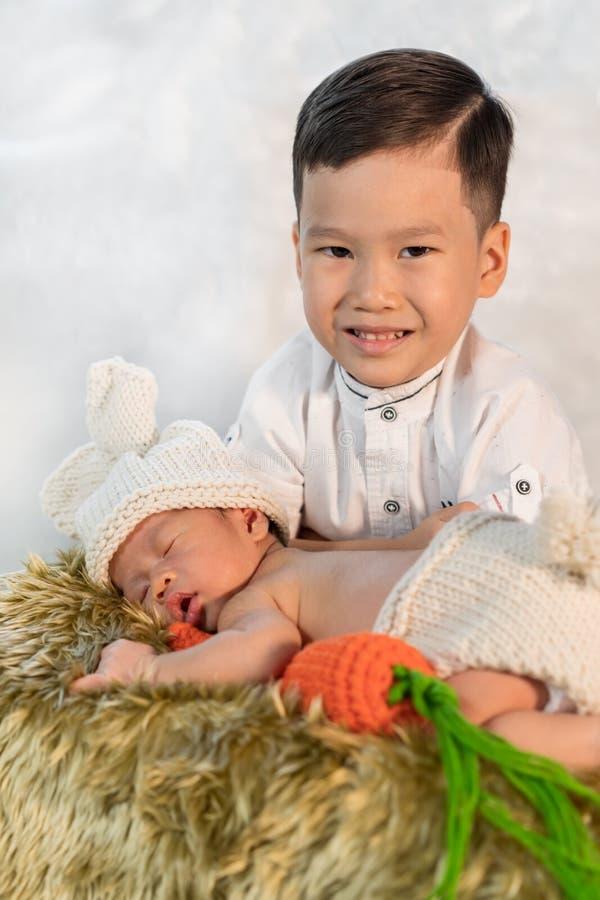 Pasgeboren babyjongen en oudere broer royalty-vrije stock afbeeldingen