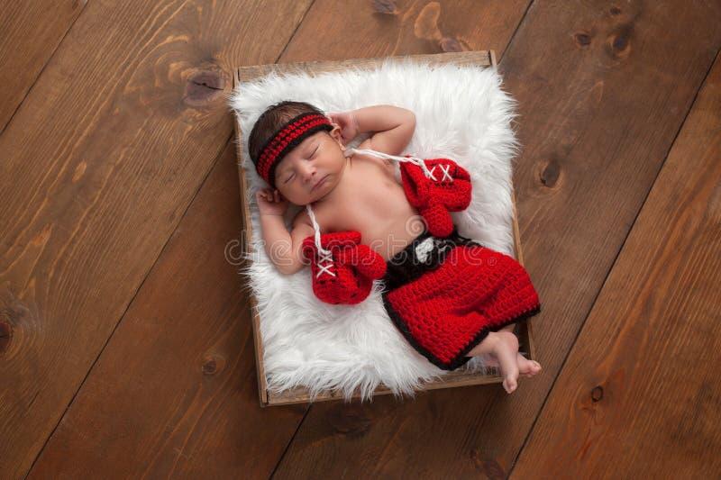 Pasgeboren Babyjongen met Bokshandschoenen en Borrels stock fotografie
