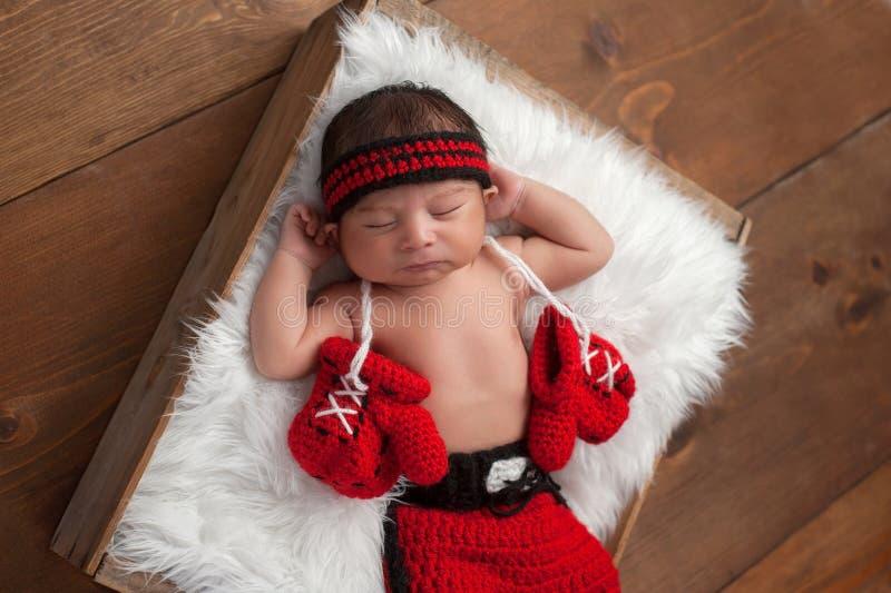 Pasgeboren Babyjongen met Bokshandschoenen en Borrels royalty-vrije stock fotografie