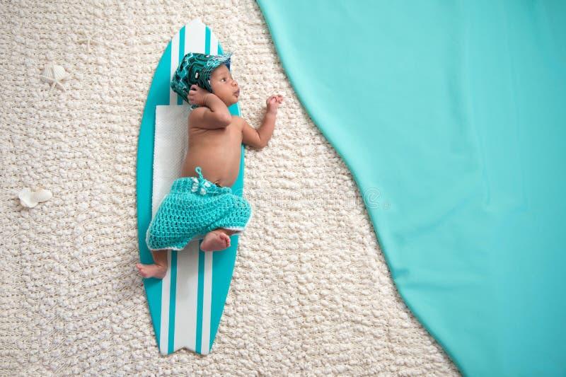 Pasgeboren Babyjongen op Surfplank royalty-vrije stock foto