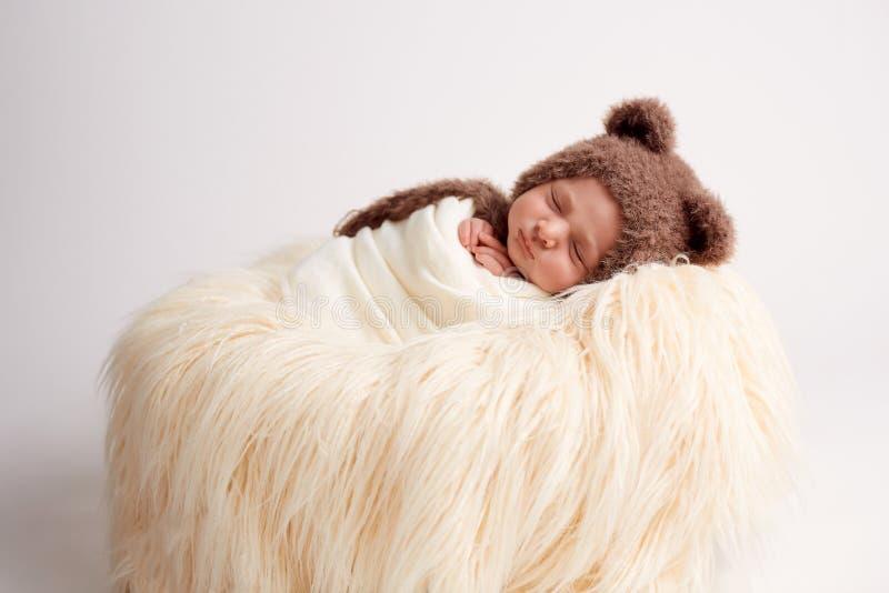 Pasgeboren babymeisje in een konijnkostuum royalty-vrije stock afbeeldingen