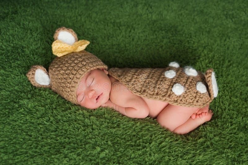 Pasgeboren Babymeisje in het Kostuum van Fawn/van Herten royalty-vrije stock afbeeldingen