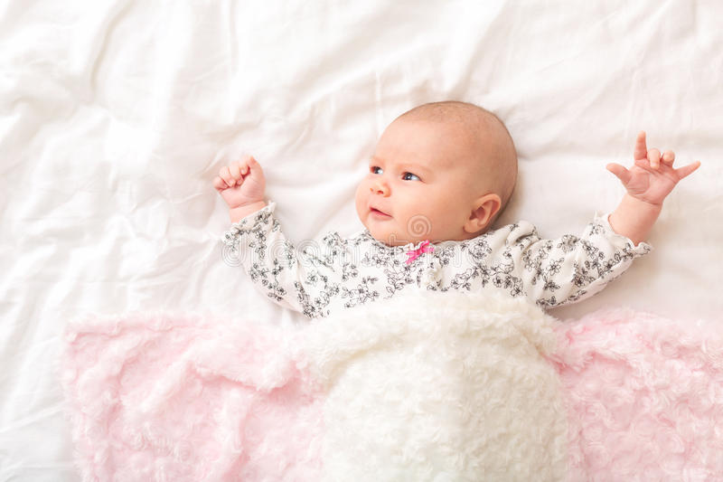 Pasgeboren babymeisje op haar deken royalty-vrije stock fotografie