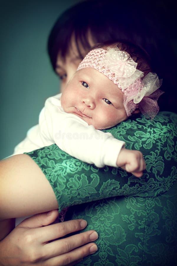 Pasgeboren babymeisje op het schoudermamma royalty-vrije stock afbeeldingen