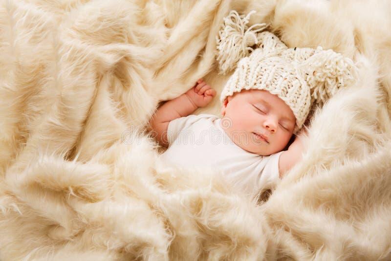 Pasgeboren Babyslaap in Hoed, Nieuw Slapen - geboren Jong geitje, In slaap Kind royalty-vrije stock foto