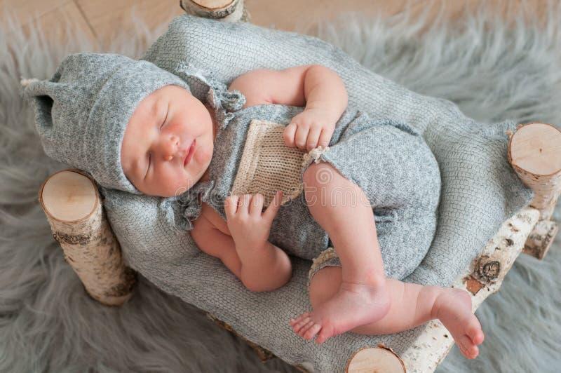 Pasgeboren babyslaap, in slaap op bed stock afbeeldingen