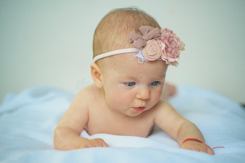Pasgeboren babyzorg Pasgeboren schoonheid Aanbiddelijk babymeisje Schoonheid voorbij gedachte zo mooi het voelen Wij geven om u royalty-vrije stock foto's