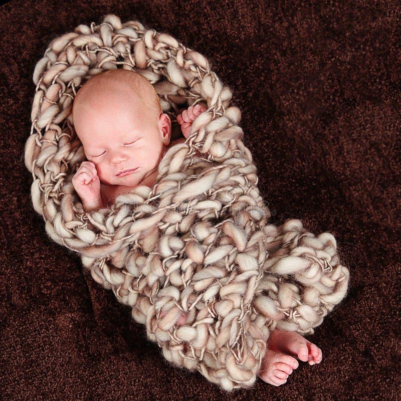Pasgeboren die baby in deken wordt verpakt stock fotografie