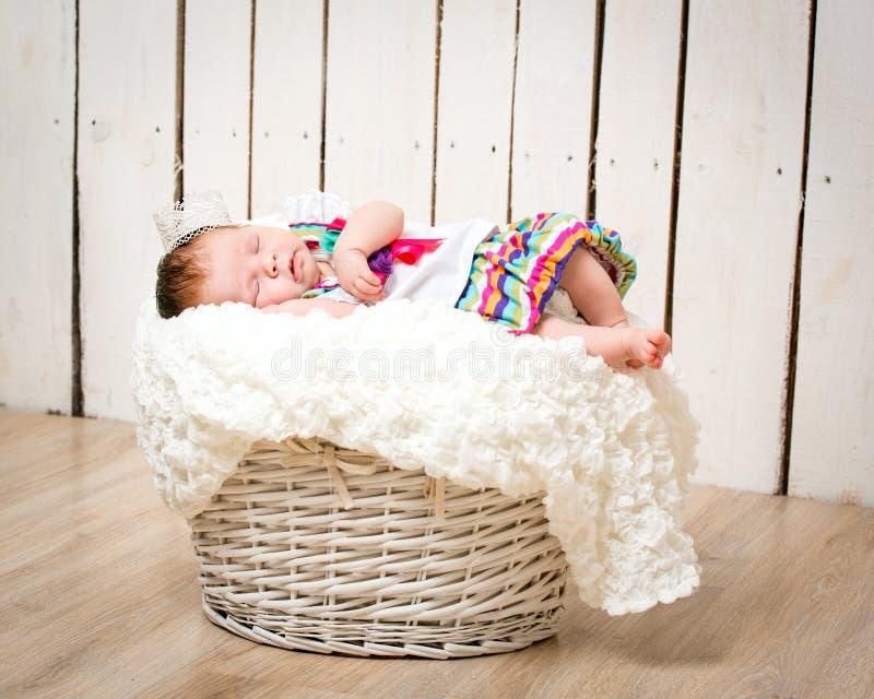Pasgeboren meisje met een kroon royalty-vrije stock fotografie