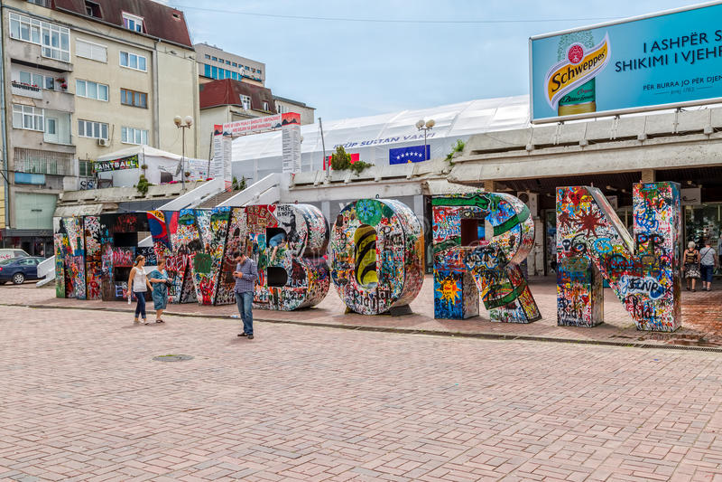 Pasgeboren Monument in Pristina stock fotografie