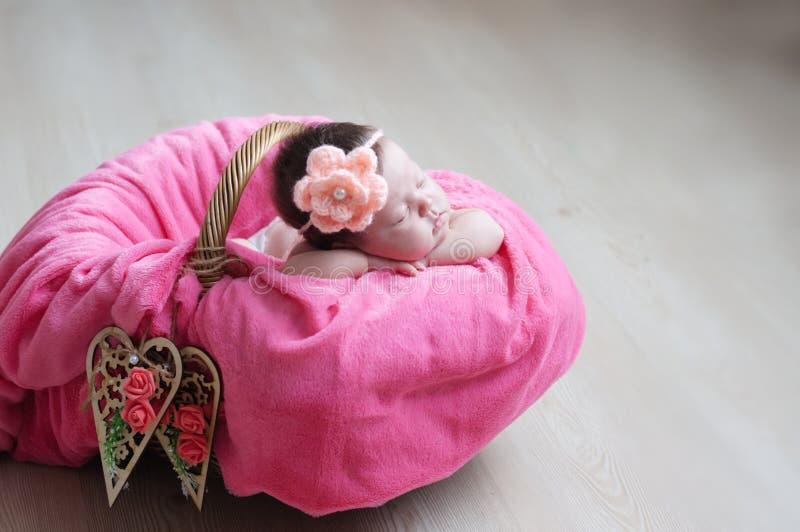 Babyhand op Deken stock afbeelding. Afbeelding bestaande