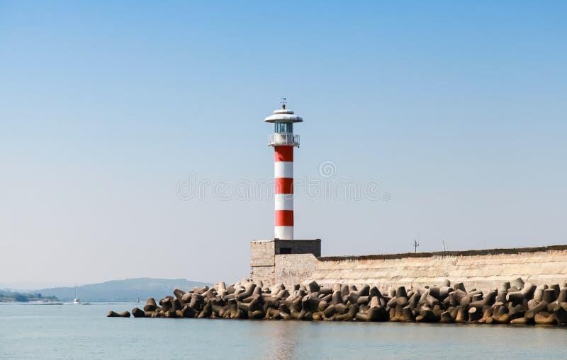 Pasiasty czerwieni i bielu latarni morskiej wierza obraz royalty free