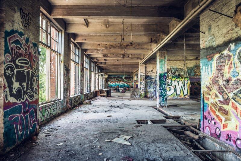 Pasillo abandonado viejo de la fábrica imagen de archivo libre de regalías