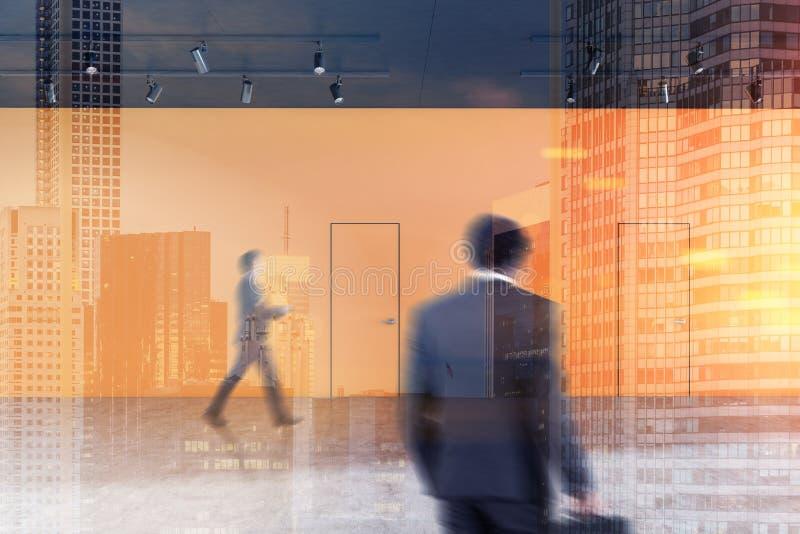 Pasillo anaranjado de la oficina con dos puertas, gente fotografía de archivo