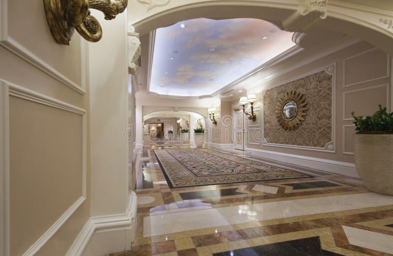 Pasillo ancho clásico con el suelo y la alfombra de mármol foto de archivo