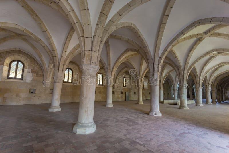 Pasillo antiguo con el monasterio histórico de Alcobaca de la arquitectura imagen de archivo libre de regalías