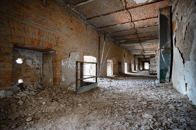 Pasillo arruinado viejo del edificio industrial, interior foto de archivo