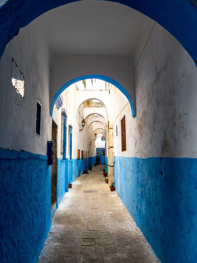 Pasillo Azul-blanco en Medina de Larache imagen de archivo libre de regalías