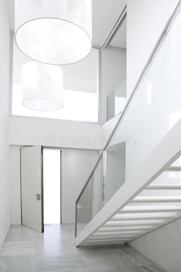 Pasillo blanco de la configuración de la escalera interior casera imagen de archivo libre de regalías