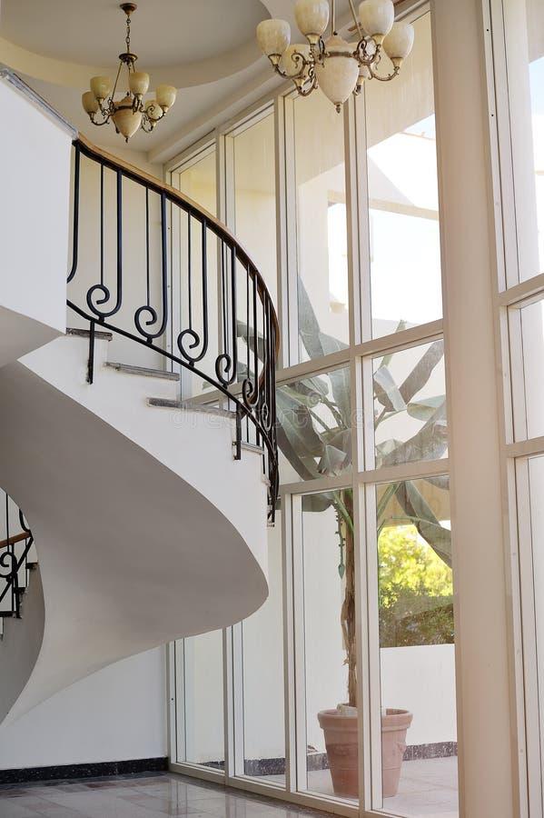 Pasillo blanco hermoso con las escaleras del hotel imagen de archivo libre de regalías