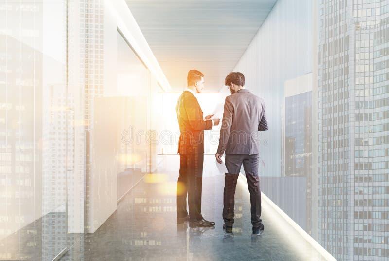 Pasillo blanco y de cristal de la oficina, hombres de negocios ilustración del vector