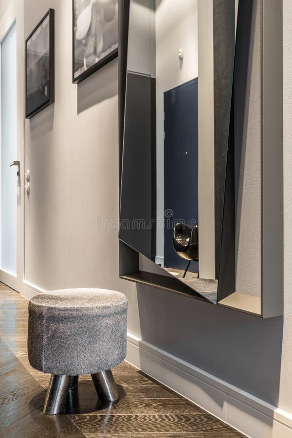 Pasillo casero con el espejo grande fotografía de archivo