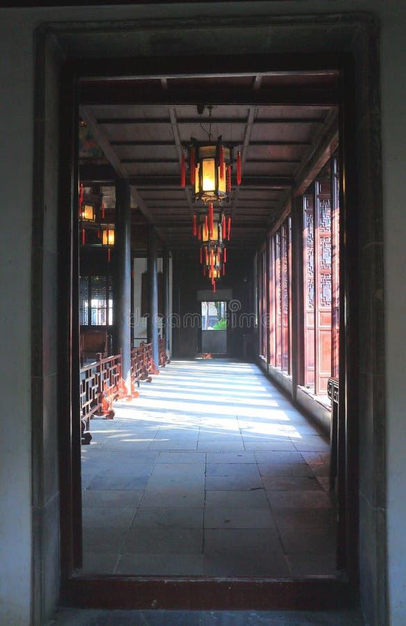 Pasillo clásico chino viejo y arquitectura en el jardín liuyuan en el otoño imagen de archivo