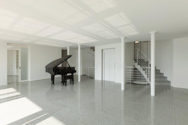 Pasillo con el piano de cola imagenes de archivo