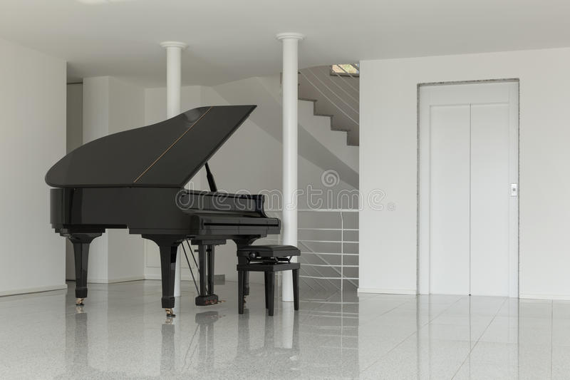 Pasillo con el piano de cola imagen de archivo