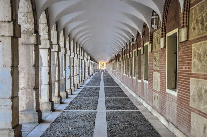 Pasillo con las columnas y los arcos que forman un túnel, foto corregida foto de archivo