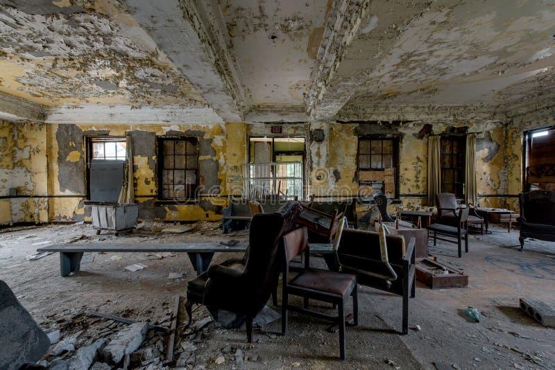 Pasillo con muebles - hospital y clínica de reposo abandonados imágenes de archivo libres de regalías