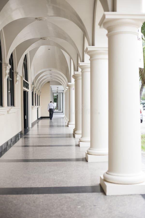 Pasillo cubierto en la estructura de Singapur foto de archivo