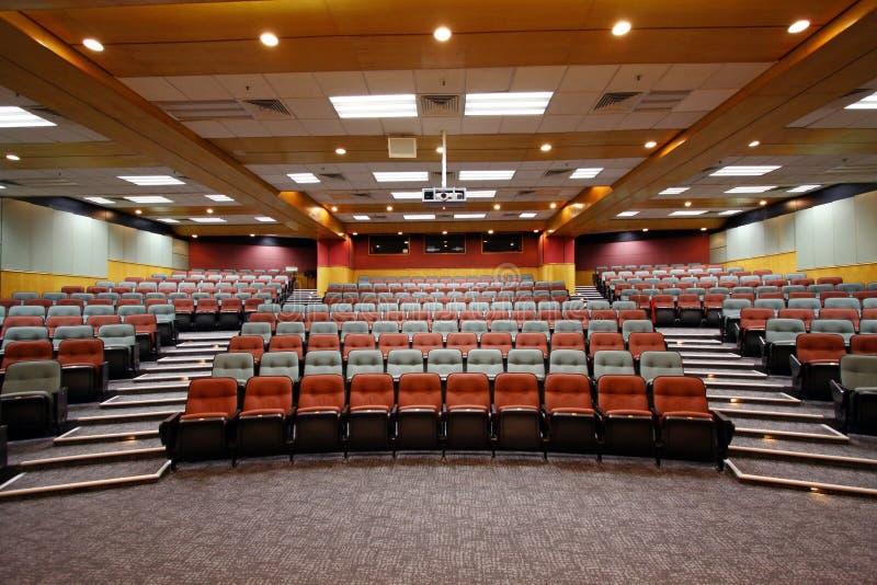 Pasillo de conferencia con las sillas coloridas foto de archivo