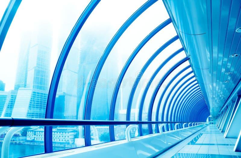 Pasillo de cristal en centro de asunto moderno foto de archivo libre de regalías