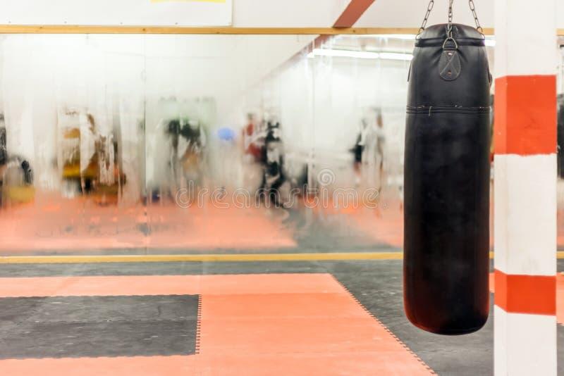 pasillo de deportes en el cual entrenamiento de la conducta en el boxeo foto de archivo