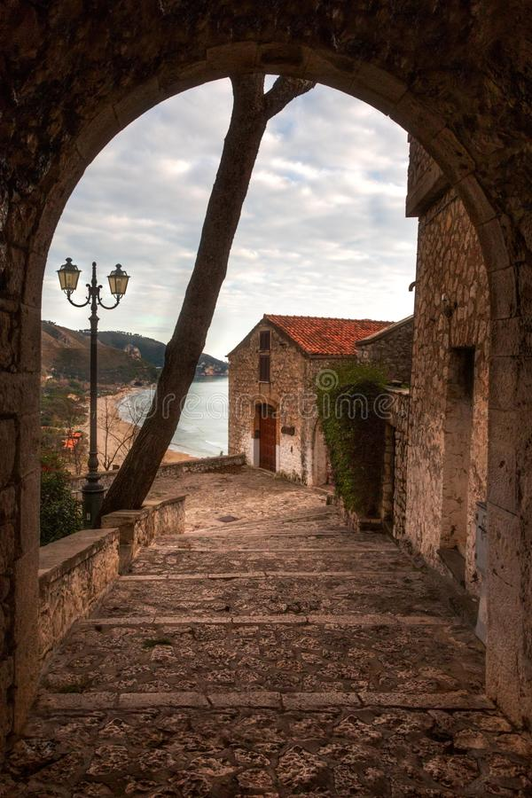 Pasillo de la arcada de Sperlonga en Lazio, Italia foto de archivo libre de regalías
