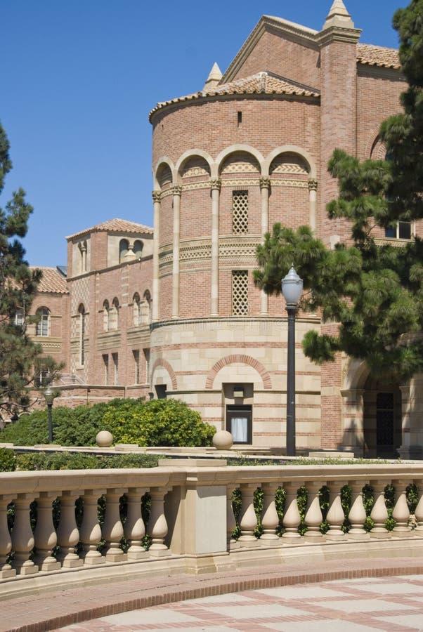 Pasillo de la cañería del campus universitario fotos de archivo libres de regalías