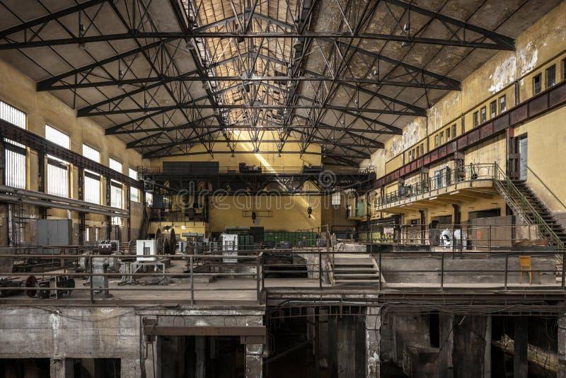 Pasillo de la distribución de la electricidad en industria de metal foto de archivo