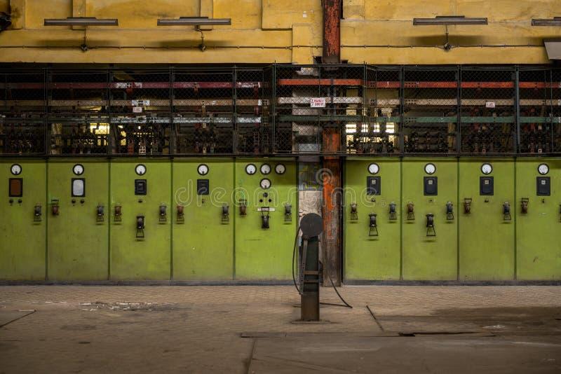 Pasillo de la distribución de la electricidad en industria de metal fotos de archivo