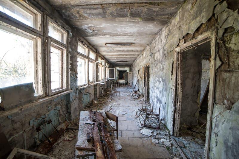 Pasillo de la escuela secundaria abandonada en la ciudad en zona de exclusi?n de Chern?bil, Ucrania de Pripyat foto de archivo