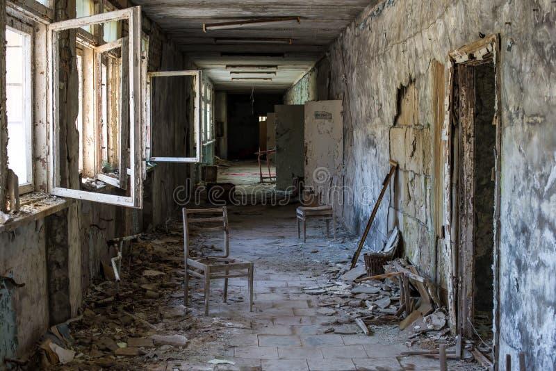 Pasillo de la escuela secundaria abandonada en la ciudad en zona de exclusi?n de Chern?bil, Ucrania de Pripyat imagenes de archivo