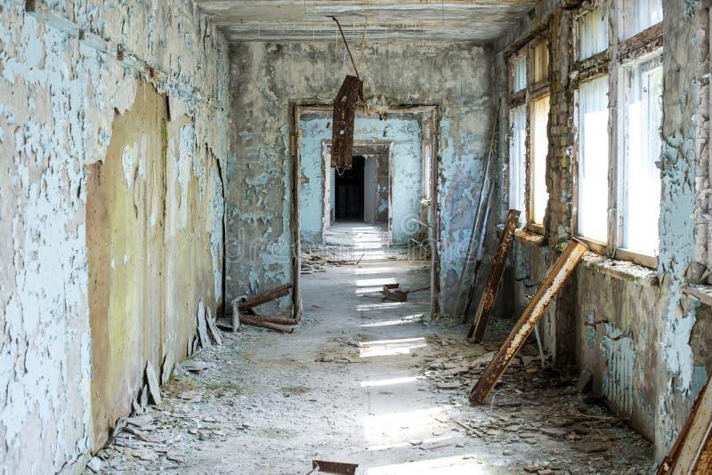 Pasillo de la escuela secundaria abandonada en la ciudad en zona de exclusi?n de Chern?bil, Ucrania de Pripyat imagen de archivo