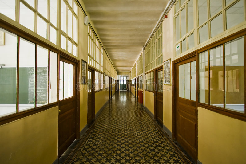 Pasillo de la escuela vieja imagenes de archivo