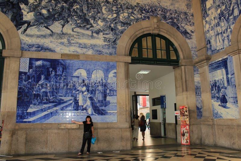Pasillo de la estación de tren de Oporto, Portugal imagenes de archivo