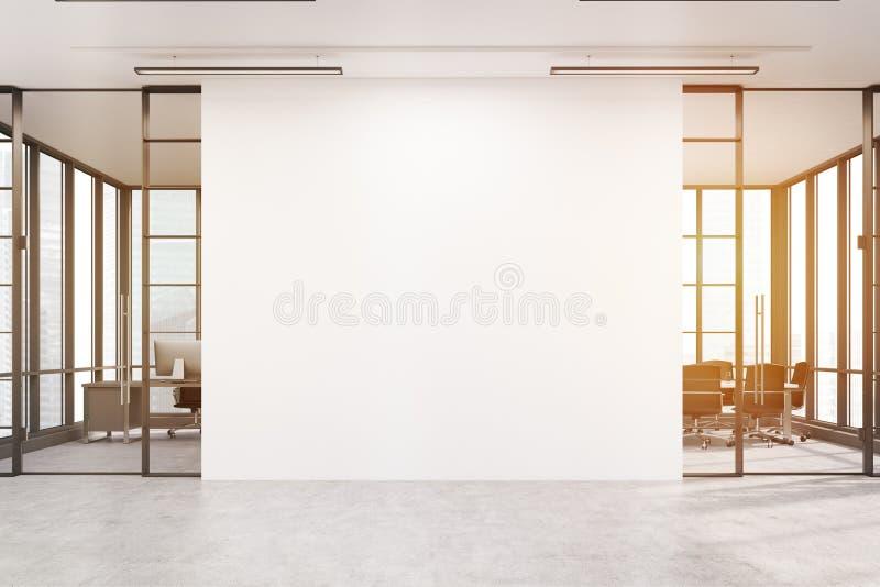 Pasillo de la oficina con una pared blanca grande y salas de reunión dos, tono imagen de archivo libre de regalías