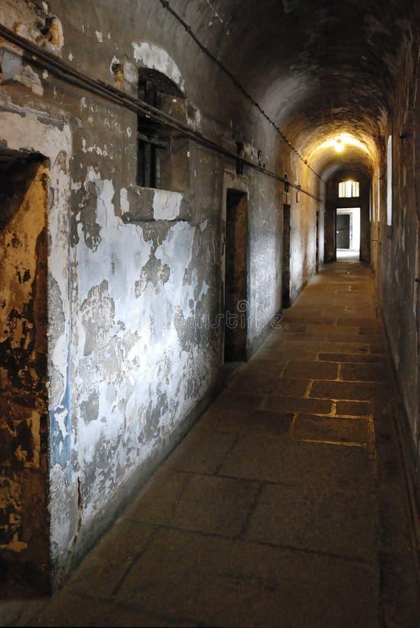 Pasillo de la prisión con las células imágenes de archivo libres de regalías