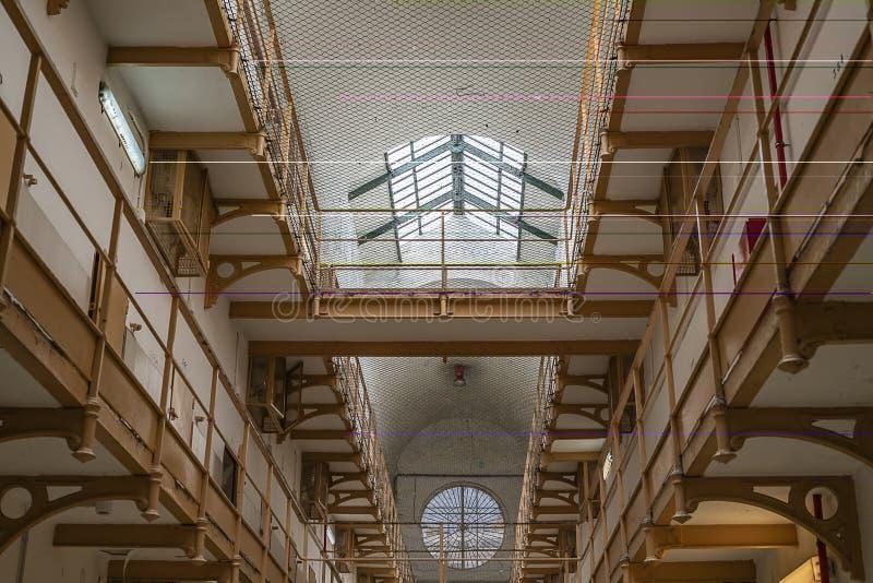 pasillo de la prisión, visión inferior fotografía de archivo