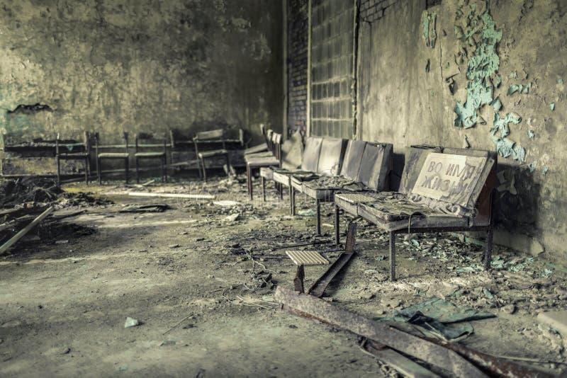 Pasillo de la unidad número médico-sanitaria abandonada 126 de Pripyat, inscripción en ruso: 'En nombre de vida ' fotos de archivo libres de regalías